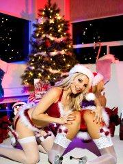 Pictures of teen girl Ashley Fires enjoying some pussy for Christmas