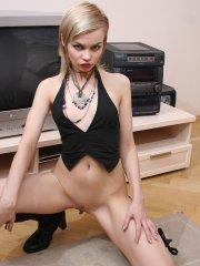 Pictures of teen amateur Giselle showing her hot body